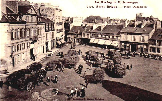 dinan : place des cordeliers et les vieux porches commerces 1920